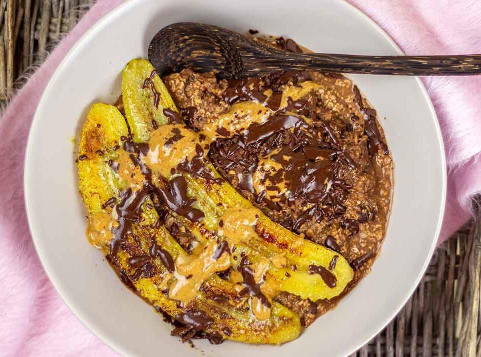 Schokoladiges-Porridge-mit-gebratener-Banane